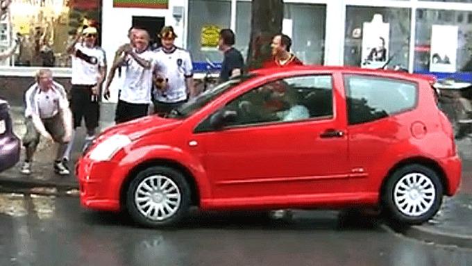 Her er stemningen høy - i alle fall utenfor bilen! Bilde fra www.youtube.com.