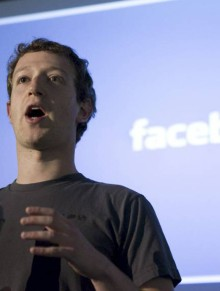 KRITISERT: Mark Zuckerberg får gjennomgå for å gjøre det vanskelig for brukerne å vite når et bilde er publisert offentlig eller ikke.