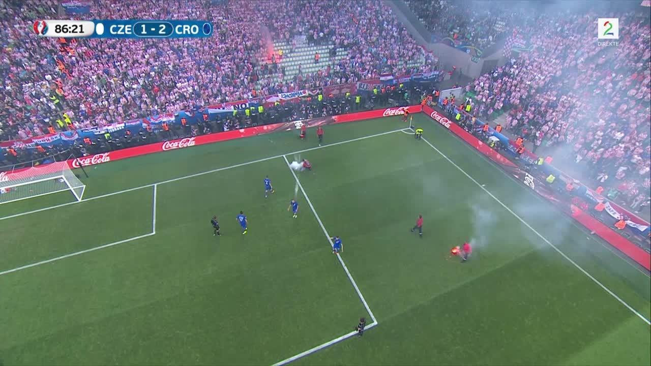 Bilde for: Kampen stoppet etter at kroatiske supportere kastet bluss på banen