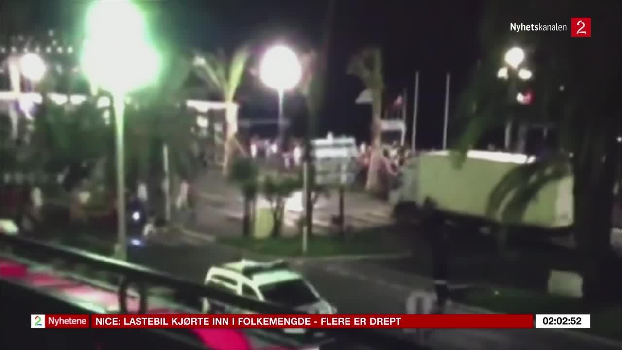 Bilde for: Her kjører lastebilen inn i folkemengden
