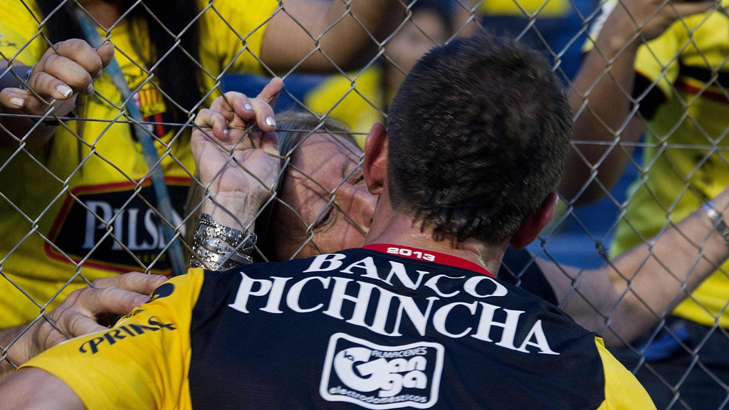 Picture & Video: Damian Diaz (Barcelona) snogged his mum after scoring a screamer v Nacional